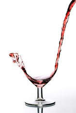 Photo of a splash of wine in a wine glass from descargandolamemoria.com